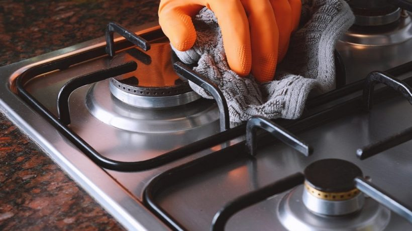 How to clean the hob on a cooker?